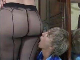 Голая зрелая блондинка с пышными формами дала парню