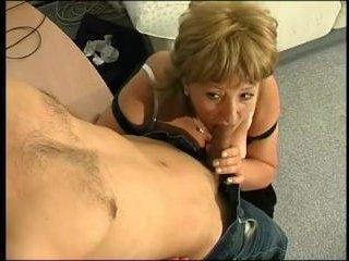 Пожилая женщина трахается с мужиком на работе