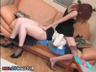 Лесбиянка заставила соседку вылизать ей пизду