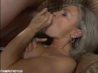 парень делает эротический массаж зрелой даме и ебет ее