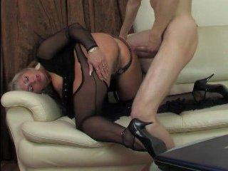 Секс молодого парня со зрелой женщиной на диване