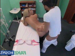 Секс порно: масаж блондинки с большими сиськами