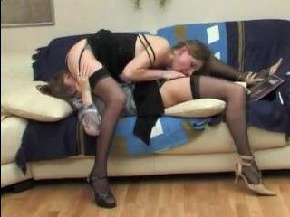 Сексуальное порно видео: лесби трахаются на диване, не снимая платьев