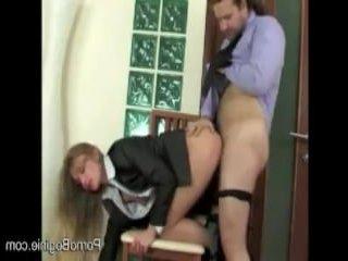 Шикарная блондинка ебется с мужчиной на работе