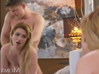 Мама блондинка решила трахнуть своего молодого сына