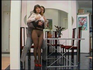 Жаркий секс со стройной мамкой в коридоре на полу