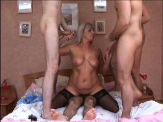 Голая блондинка в черных чулках сосет и трахается с мужиками