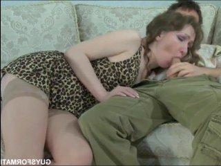 Мужчина трахает русскую зрелую женщину в её бритую киску