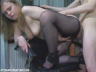 Секс в колготках на работе с молодым сотрудником