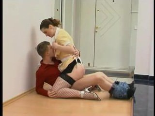 Сын трахает худую маму на полу и кончает ей внутрь
