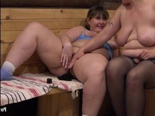 Толстая мама и дочь занялись лесби сексом и оттрахали друг друга самотыком