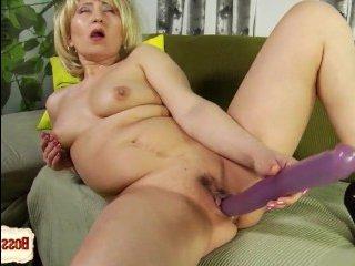 Зрелая блондинка трахается с огромным резиновым дилдо