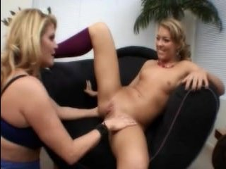 Зрелая лесбиянка трахается с молодой девушкой