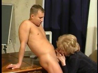 Зрелая высасывает сперму из молодого члена и ебется