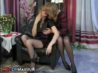 Русские лесбиянки в офисе обсуждают проект и ебутся