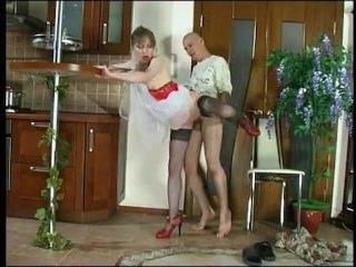Зрелая брюнетка на кухне снимается в порно с сыном