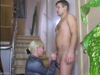Зрелая брюнетка с большой попой трахается с молодым парнем
