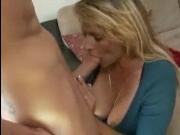 Молодой парень трахает взрослую женщину с большими сиськами