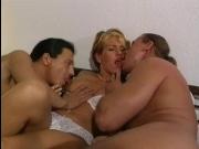 Мужик уговорил блондинку на секс втроем с соседом