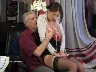 Зрелый мужчина трахает молодую горничную в киску