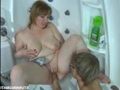 Мама в душе занимается сексом со своим возбужденным сыном