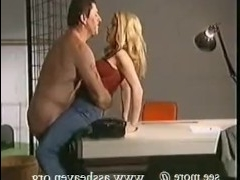 Полицейское порно: выебал на работе молодую практикантку
