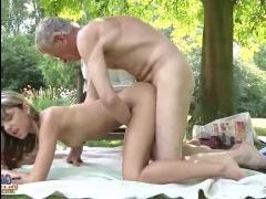 Блондинка красивая худая трахается со своим дедом
