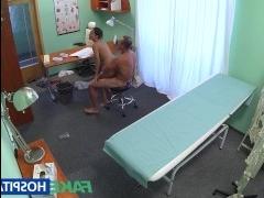 Русское порно онлайн: скрытая камера сняла, как доктор трахнул девушку в пизду