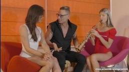 Секс с двумя стройными девушками в учебном классе