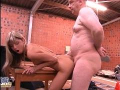Зрелый мужчина занимается сексом с молодой красоткой