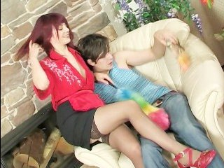 Женщина в чулках трахается с молодым пареньком в пизду