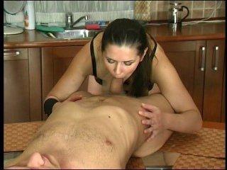 Красивая женщина ебется с молодым