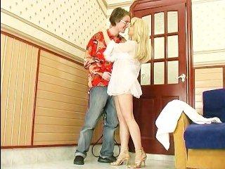 Молодчик в очках ебет худую тетю в сексуальном наряде