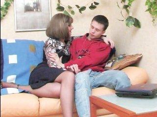 Молодой парень трахает взрослую тетю во влагалище