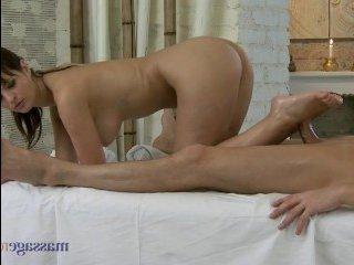 На массаже молодая дрочит хуй клиента руками, киской и ножками