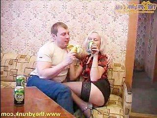 Парень ебет русскую матушку в пизду и кончает на лицо