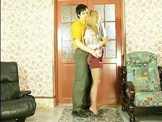 Русская стройная мама сосет у сына пенис в спальне