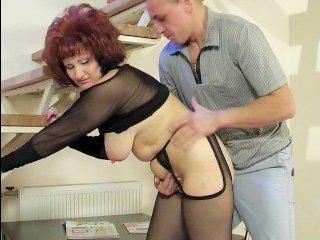 Развратный парень страстно трахает русскую маму