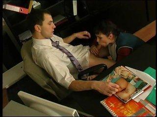 Директор устроил секс на работе с уборщицей и кончил ей на лицо
