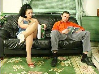 Ебет жену дома в мокрую пилотку на диване, в разных позах