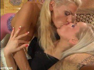 Лесбиянки страстно трахаются, заказав новые колготки