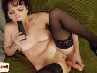 Брюнетка дилдо сует в пизду и трахает себя до оргазма