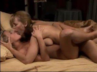 Порно лесби: мама соблазнила дочь и подарила ей офигенный оргазм