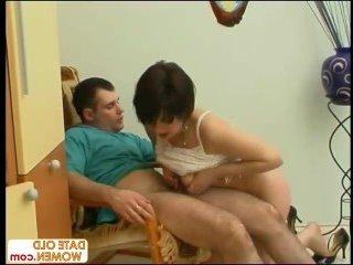 Помогла парню справится с возбуждением своим ртом и пиздой