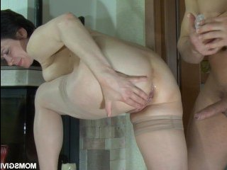 Порно с русской брюнеткой в чулках на диване