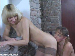Мама лесбиянка пришла к девушке сына и вылизала ей пизду
