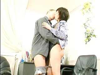 Страстное порно с офисе с темноволосой начальницей