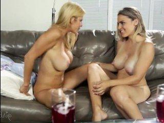 Смотреть онлайн порно мамы лесбиянки с молодой и красивой дочерью