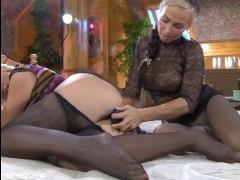 Голые красавицы-лесбиянки занимаются сексом на удобной кровати