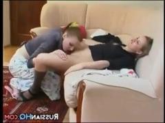 Молодая лесбиянка ласкает пизду своей подруги
